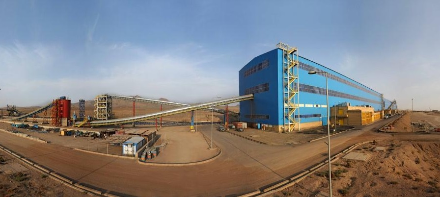 مجتمع سنگ آهن سنگان تندیس طلایی روز ملی صنعت و معدن را از وزیر صمت دریافت کرد